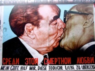 """Il bacio tra Brežnev ed Honecker. La scritta recita: """"Signore! Aiutami a sopravvivere a questo amore letale"""""""