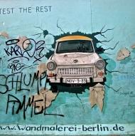 La Trabant sfonda il muro (la targa evoca la data 9-11-1989)